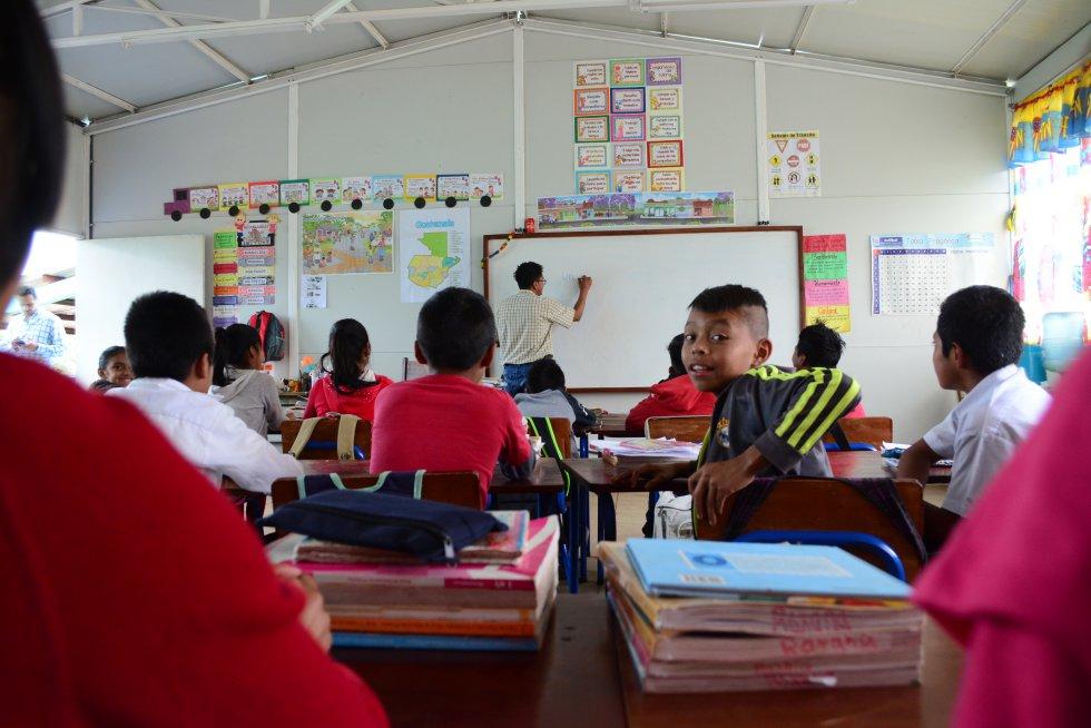 """Las nuevas aulas modulares que se están instalando en la Escuela Centroamérica tienen """"muy buena luz"""", en palabras de la profesora Reyna Oralia Sakil. """"En la que estábamos antes era oscura y el techo goteaba. Pero no solo es el inmueble, también las sillas y mesas, que ahora son más resistentes; antes se quebraban y no había dinero para repararlos"""", asegura."""