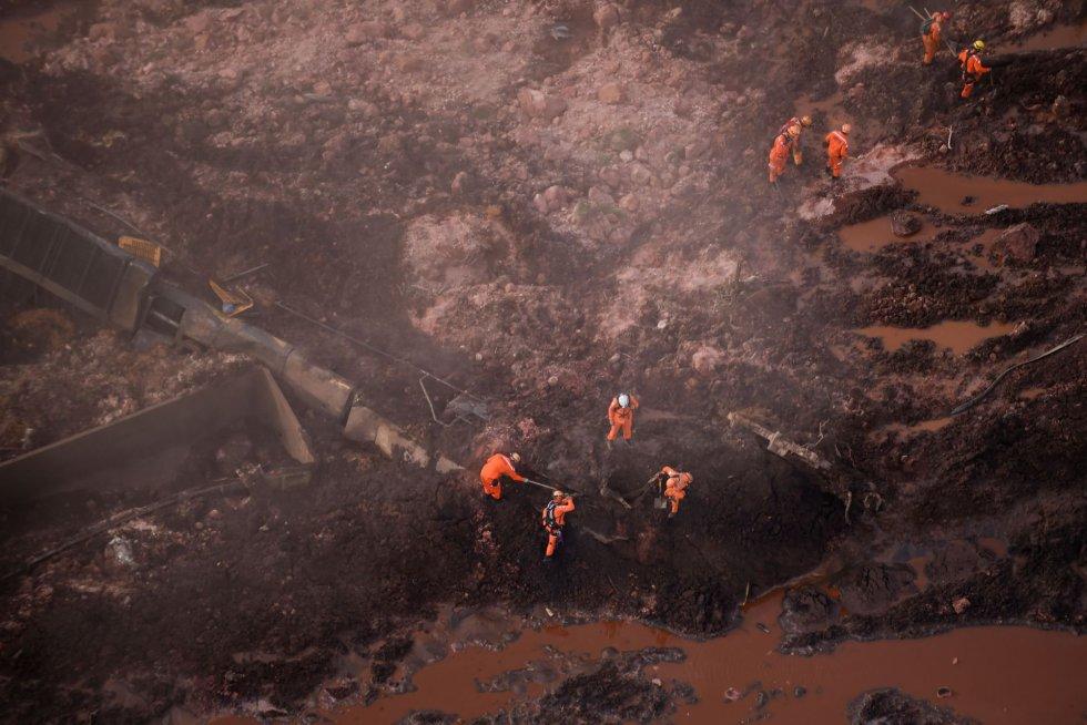 Rescatistas trabajan en la búsqueda de víctimas que pudieran haber quedado enterradas en el barro. La compañía propietaria, la brasileña Vale, explicó que el accidente sucedió a primera hora de la tarde en la conocida como mina Judía.