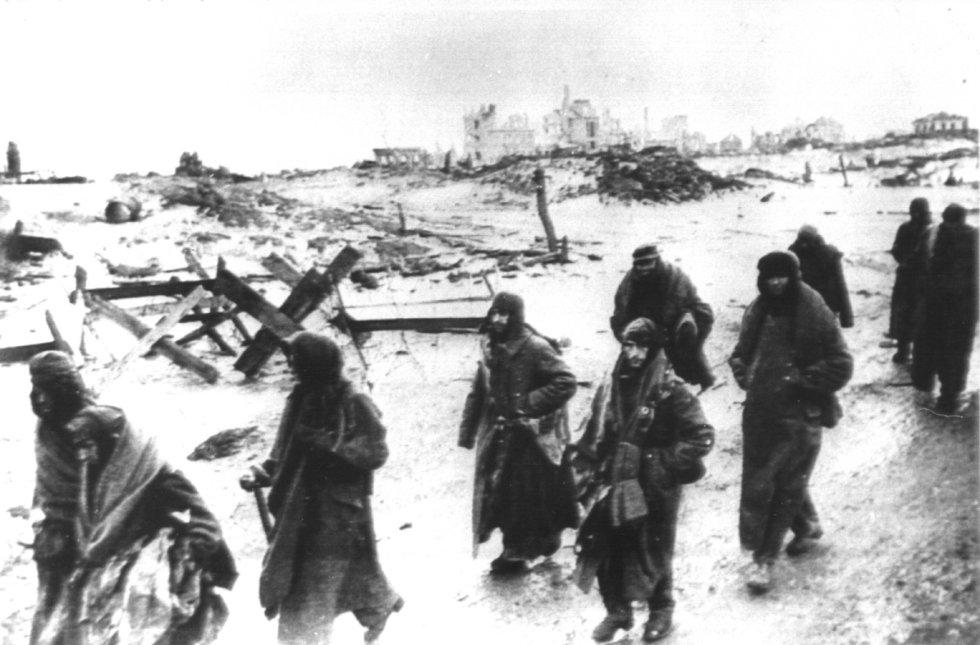 В январе 1944 года немцы начали медленное отступление от ворот Ленинграда.  «Мы принесли водку. Мы пели, плакали и смеялись. Но это было печально, потери были слишком велики», - написала учительница о Дне Победы.  На снимке капитуляция немецких войск в Ленинграде 31 января 1943 года.