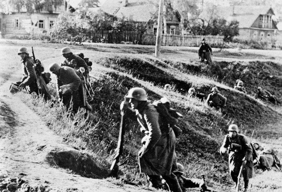 Llegó un momento en que morían 3.000 personas al día de inanición, luego 15.000, 25.000… No había fuerzas para enterrarlas. Y como Stalin desconfiaba de Leningrado, por su tradición librepensadora e independencia intelectual, incrementó la represión a la ciudadanía durante el asedio. En la imagen, el frente de Leningrado en septiembre de 1941.