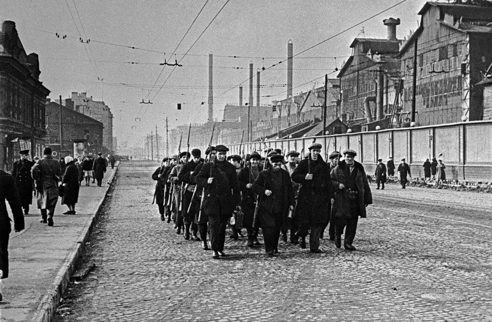 Los habitantes de Leningrado vivieron situaciones de horror. Además de la guerra, tenían que luchar contra el hambre. Quienes hacían trabajos que requerían un esfuerzo físico recibían 600 gramos de pan al día, los trabajaddores estatales 400. Los demás civiles, 300. En la imagen, obreros de la fábrica Kirov.