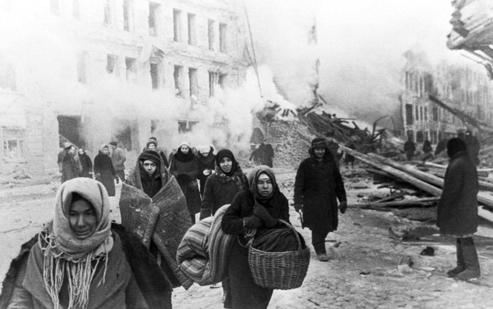 Se cumplen 75 años del fin del asedio nazi a Leningrado. 872 días sitiada bajo uno de los peores asedios que recuerda la historia. El frio (hasta 40 grados bajo cero) y el hambre se sumaron a la guerra y la ciudad se convirtió en un infierno helado. En la imagen, un grupo de civiles abandona sus casas tras un bombardeo alemán de la ciudad sitiada.