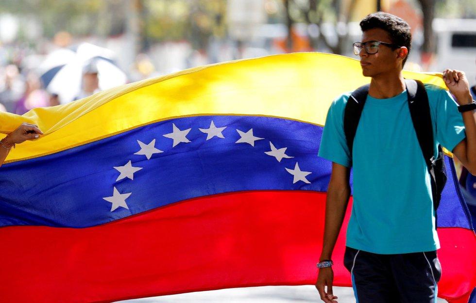 Un joven opositor marcha contra el Gobierno de Nicolás Maduro, este sábado en Caracas.