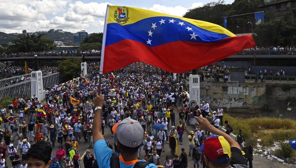 Un opositor ondea una bandera de Venezuela durante la manifestación, este sábado en Caracas.