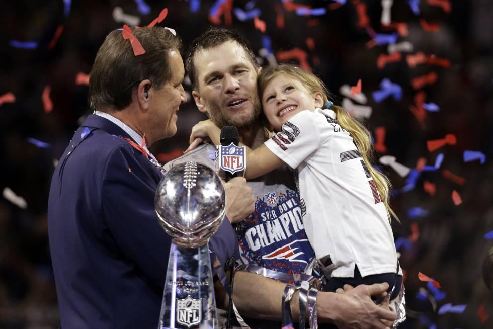 Tom Brady, de los New England Patriots, sostiene a su hija, Vivian, al recibir el trofeo Vince Lombardi.