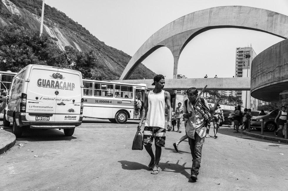 No estado do Rio de Janeiro, existem 1.018 favelas que concentram 22% da população, segundo dados de 2016 do Instituto Municipal de Urbanismo Pereira Passos (IPP). A Rocinha é a maior favela do Brasil, localizada na zona sul do Rio de Janeiro, para onde grande parte de seus habitantes emigrou do Nordeste em busca de oportunidades. Na comunidade da Rocinha, a densidade populacional é de 48.258 habitantes por quilômetro quadrado, nove vezes mais do que em Madri, por exemplo.