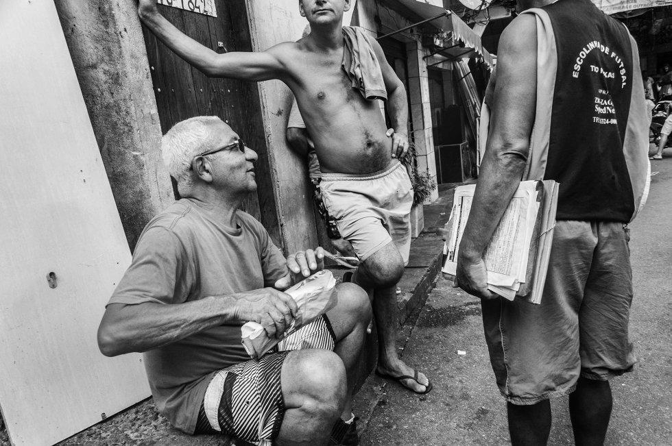 De acordo com o censo de 2012, na Rocinha convivem 70.557 pessoas que são atendidas por dois centros de saúde de atenção básica e dois centros com algumas especialidades. Isso significa que, para doenças graves, a população precisa buscar atendimento fora da favela.