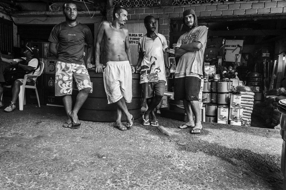 O desemprego atinge 12,5% da população brasileira (6,2 milhões de pessoas), e o Rio de Janeiro é uma das regiões com maior número de desocupados. Os mais afetados são jovens de 14 a 26 anos. A falta de escolas de ensino médio e o alto custo do aluguel de moradias em outros bairros da cidade dificultam a formação dos jovens e a possibilidade de que saiam da favela.