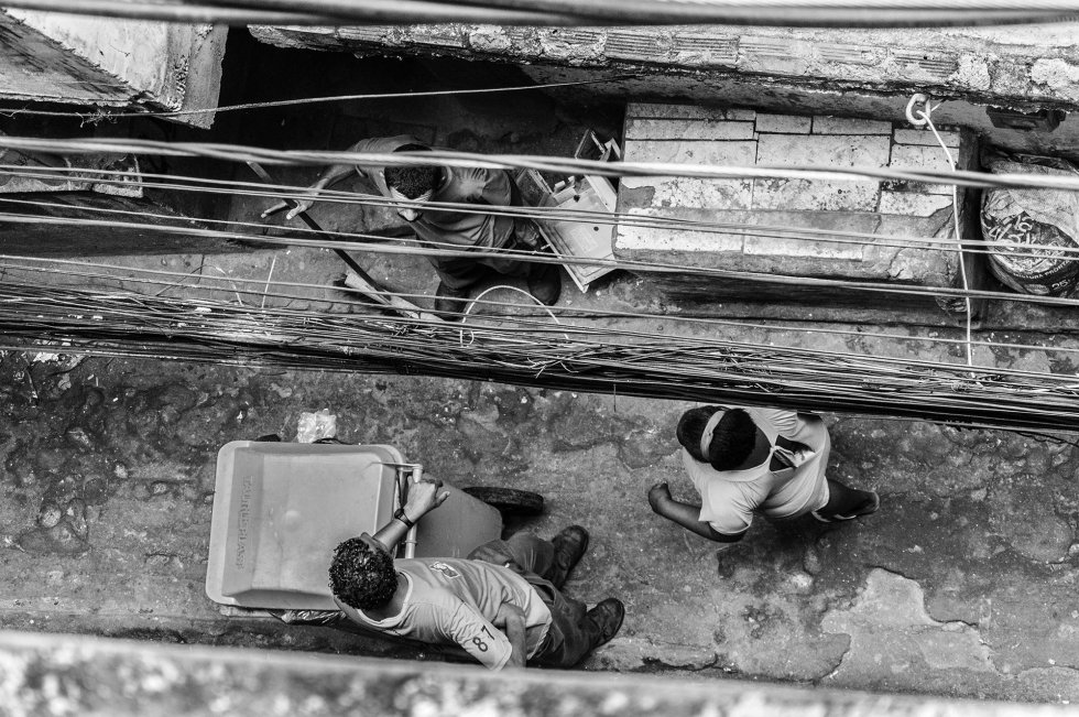 A comunidade da Rocinha, apesar do caos de ruas estreitas que conectam todo seu interior, é uma das poucas favelas que busca no turismo uma alternativa para seu desenvolvimento, oferecendo visitas guiadas. Nos últimos anos, tem aumentado o número de restaurantes fast food, galerias de arte local, cybercafés e outros estabelecimentos que tentam modificar, pouco a pouco, a paisagem urbana da favela. Desta forma, criam-se oportunidades de emprego antes inexistentes.