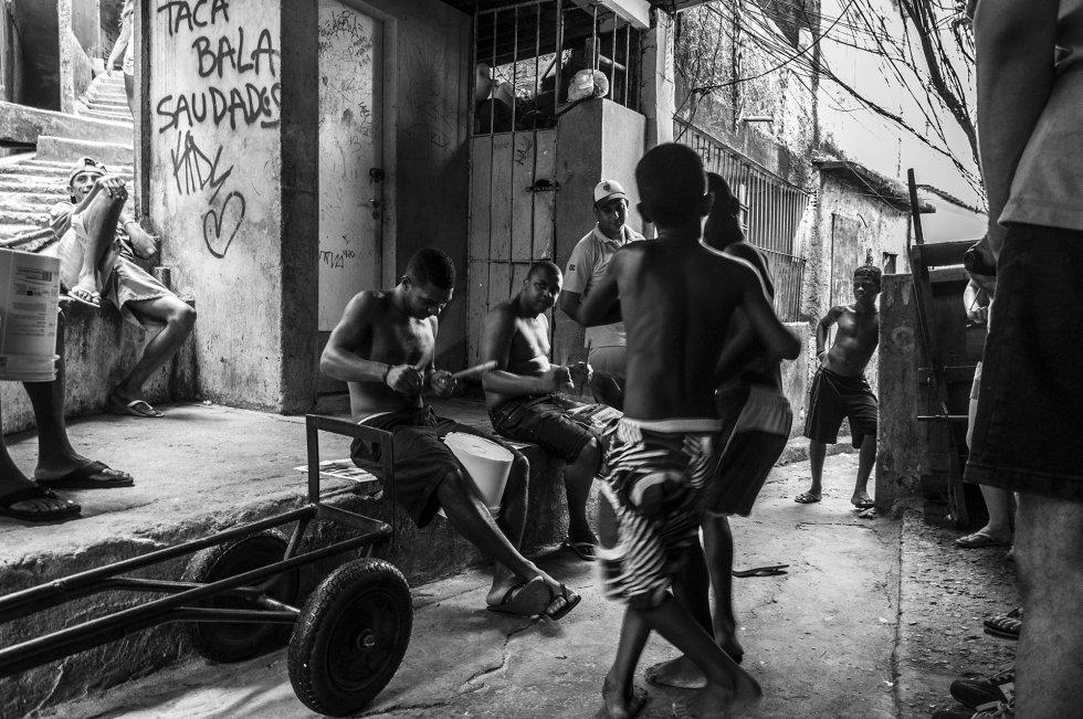 Entre o labirinto de vielas e prédios de vários andares, a população da Rocinha possui apenas duas praças ou áreas verdes para lazer público, de modo que a vida social acontece às portas das casas e no cruzamento de ruas onde crianças e adultos se encontram diariamente.