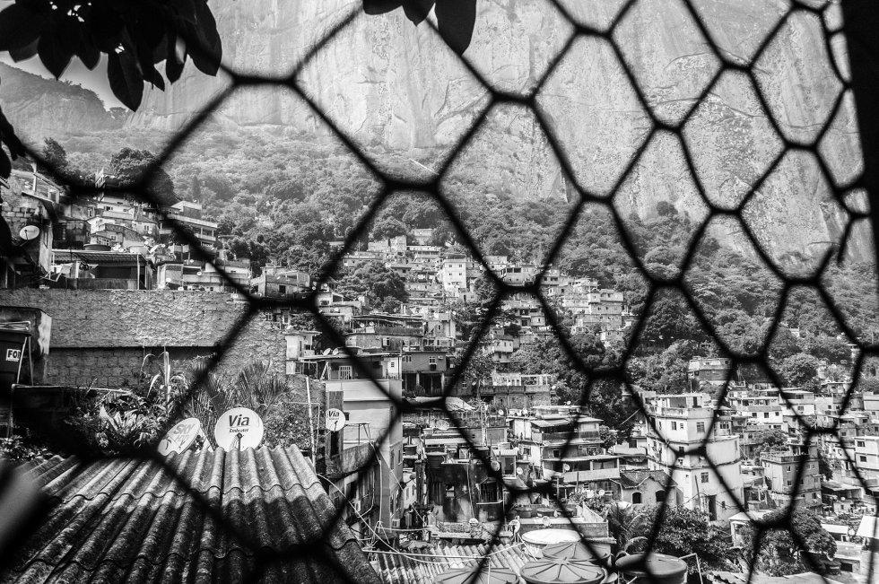 Dentro da favela, a segurança está nas mãos de diferentes grupos de traficantes de drogas que dividem o controle dos bairros, e a polícia só aparece na entrada e na saída da favela (exceto em operações especiais, quando intervêm por algum motivo).
