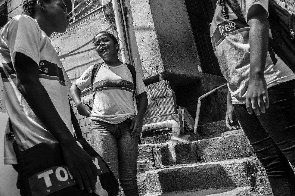 Com mais de 18.000 habitantes com menos de 14 anos, a favela da Rocinha conta com 16 creches, sete centros de educação pré-escolar e três escolas primárias. Para frequentar escolas de ensino médio é preciso sair da favela, onde outros bairros também oferecem cursos superiores.