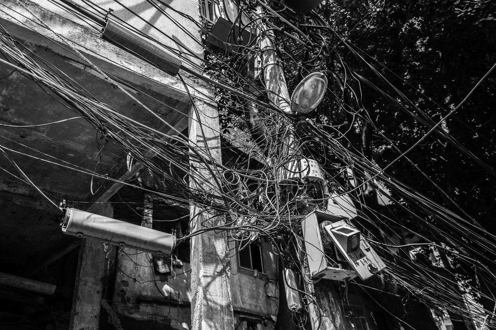 A infraestrutura dentro da favela é bastante precária, e a maior parte da população tem acesso à eletricidade sem pagar, criando uma decoração única que se estende por todas vielas.