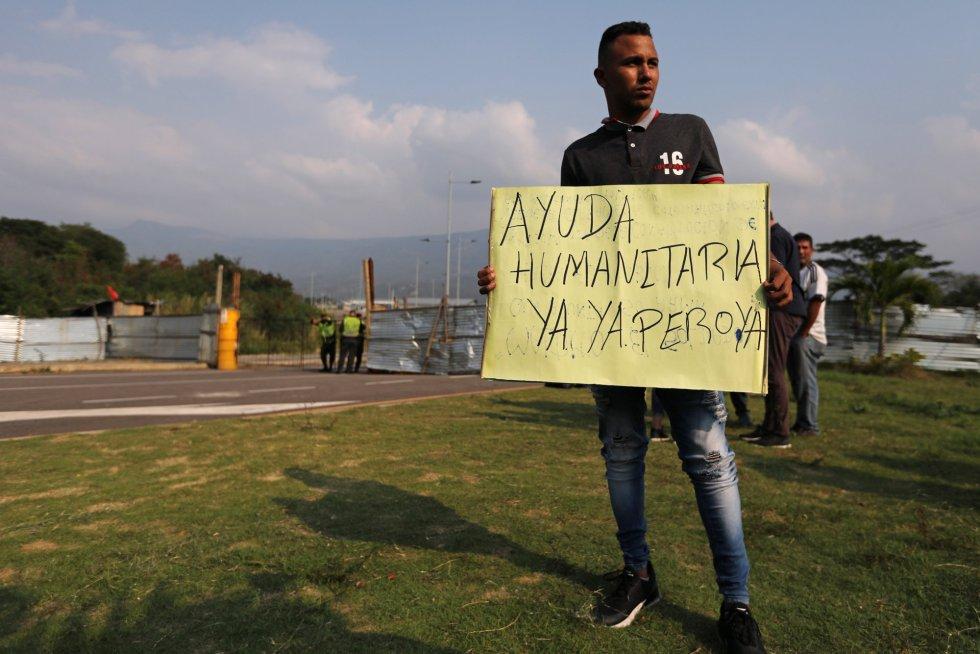 Un hombre sostiene un cartel en el que pide la llegada inmediata de ayuda humanitaria en el puente de Tienditas, bloqueado este miércoles por el Ejército venezolano. Las obras de este puente fueron concluidas a mediados de 2016. En esa fecha Maduro ya había ordenado el cierre de la frontera y el puente nunca se ha llegado a inaugurar. Desde entonces ha permanecido sellado, aunque en perfectas condiciones.