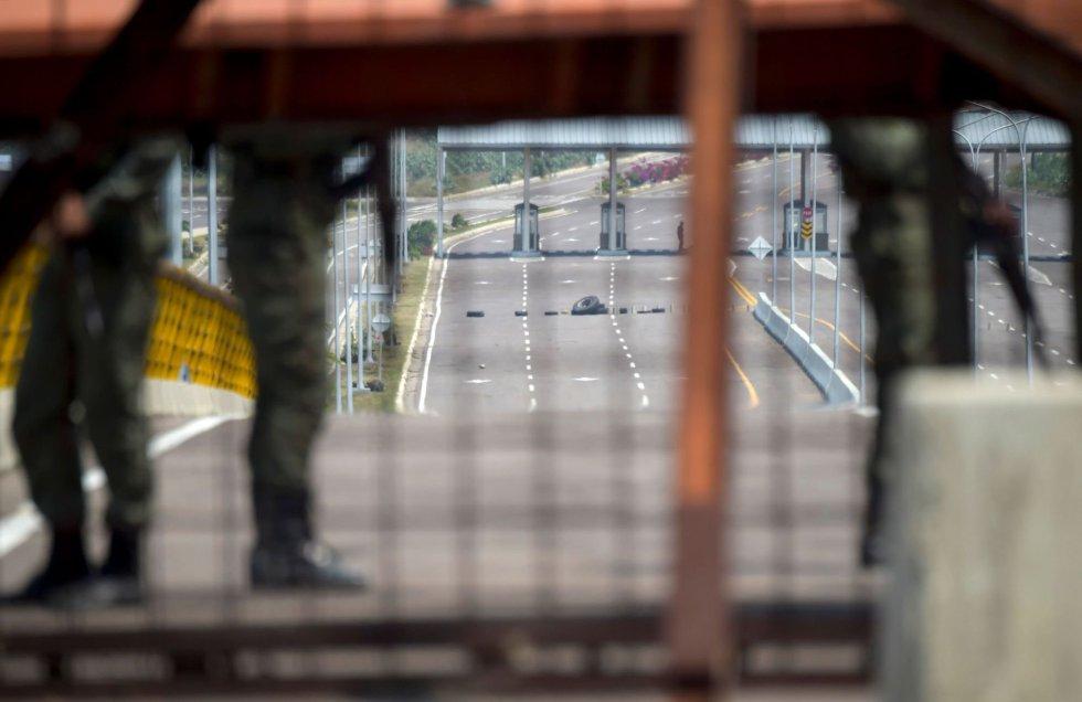 La entrega de ayuda humanitaria a Venezuela se prepara con gran sigilio, mientras el puente de Tienditas continúa bloqueado bajo las órdenes del líder chavista, Nicolás Maduro, para evitar el paso del convoy de 60 toneladas de alimentos y medicamentos al país.
