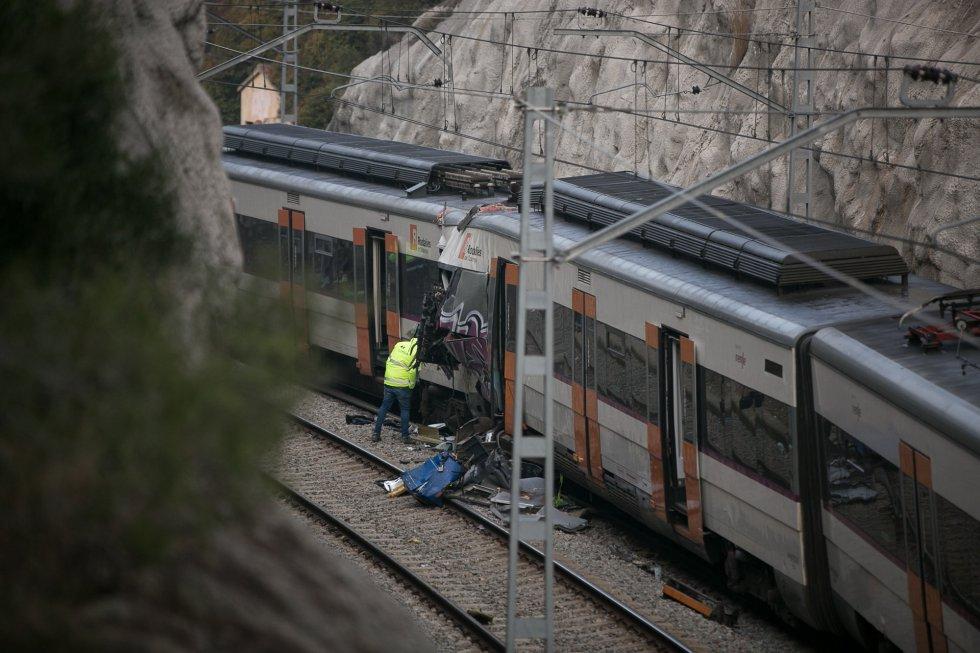 La línea 4 de Rodalies también permanece interrumpida entre Sant Vicenç de Castellet y Manresa. En la imagen, empleados de Adif trabajan en la zona del accidente, el 9 de febrero de 2019.