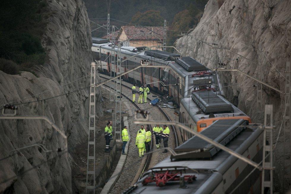 Una persona ha fallecido este viernes por la tarde y otras 105 han resultado heridas de diversa consideración en un choque frontal entre dos trenes de la red de Cercanías entre Manresa y Sant Vicenç de Castellet (Barcelona). En la imagen, empleados de Adif trabajan en la zona del choque, el 9 de febrero de 2019.