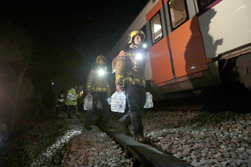Bomberos trabajan en el lugar del accidente ferroviario, en Castellgalí (Barcelona) el 9 de febrero de 2019.