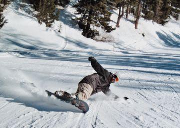 Cascos y protecciones para esquiar y hacer 'snowboard' con seguridad
