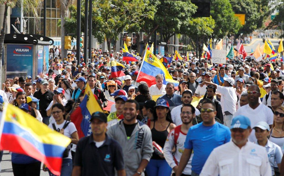 Los opositores marchan en la protesta contra el Gobierno de Maduro, este martes en Caracas.