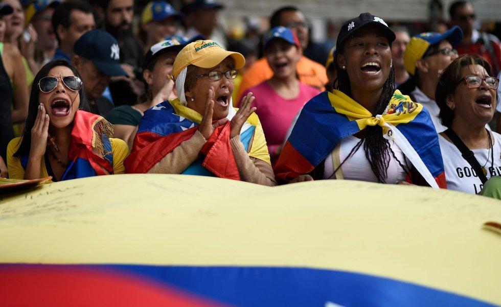 Opositoras venezolanas gritan y ondean enseñas de su país durante la manifestación de este martes. La exigencia unánime: permitir la entrada de ayuda humanitaria en el país, algo que rechaza tanto el Ejecutivo de Maduro como las Fuerzas Armadas.