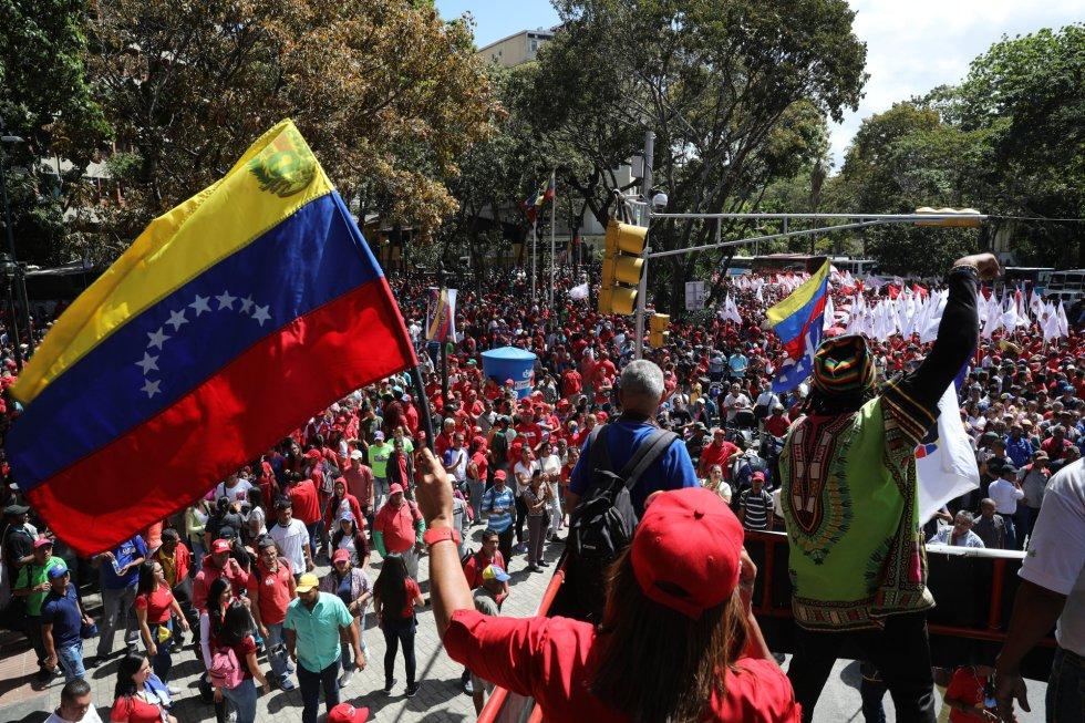 En paralelo a las marchas opositoras, centenares de manifestantes chavistas han salido este martes a las calles del país latinoamericano en apoyo a Maduro. En la imagen, colectivos prochavistas en Caracas.