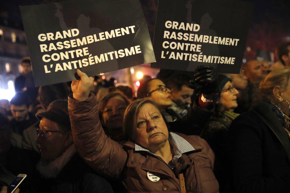 Francia se ha movilizado contra el antisemitismo en varias concentraciones que han tenido lugar el diferentes puntos del país. En la imagen, una mujer muestra carteles de repulsa contra el antisemitismo durante la concentración en la Plaza de la República.