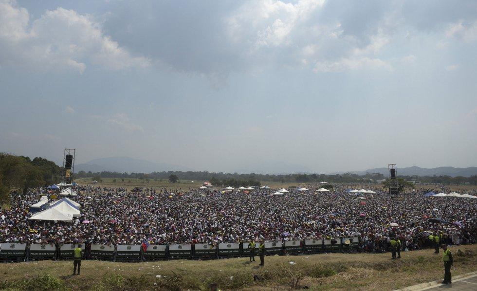 Una multitud asiste al concierto 'Venezuela Aid Live', en el Puente Internacional Tienditas.