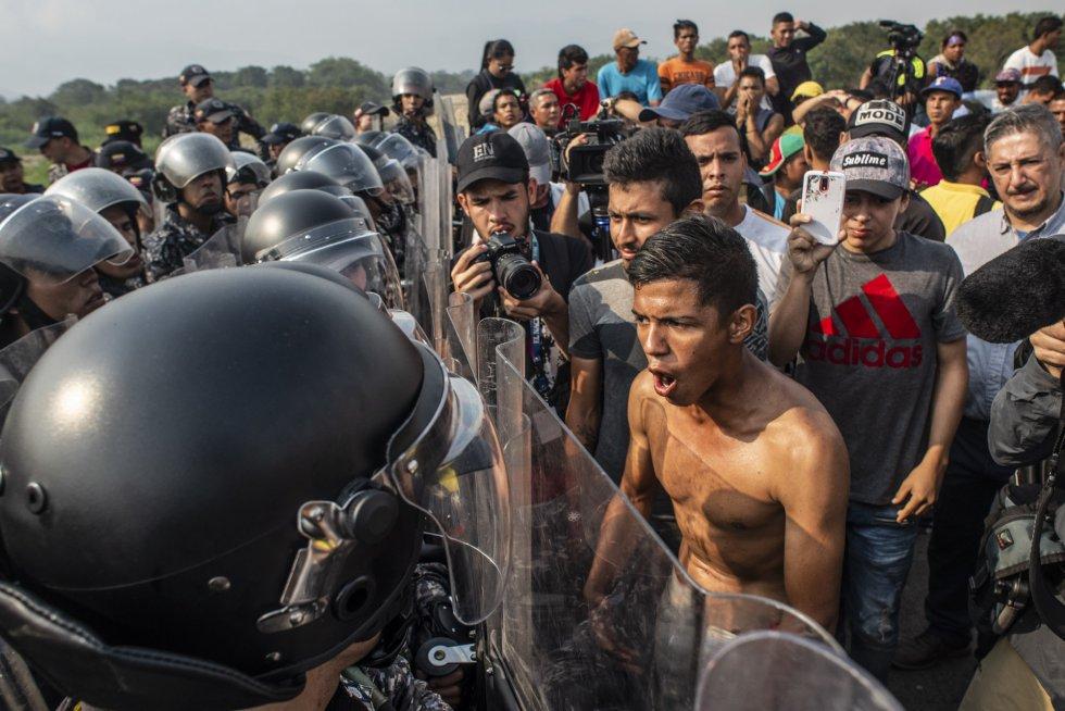 Manifestantes han acudido este sábado acompañados de representantes del presidente de la Asamblea Nacional, Juan Guaidó, a los cuatro puentes que limitan entre el departamento colombiano de Norte de Santander y el estado venezolano de Táchira para pedir por la apertura de un canal humanitario.