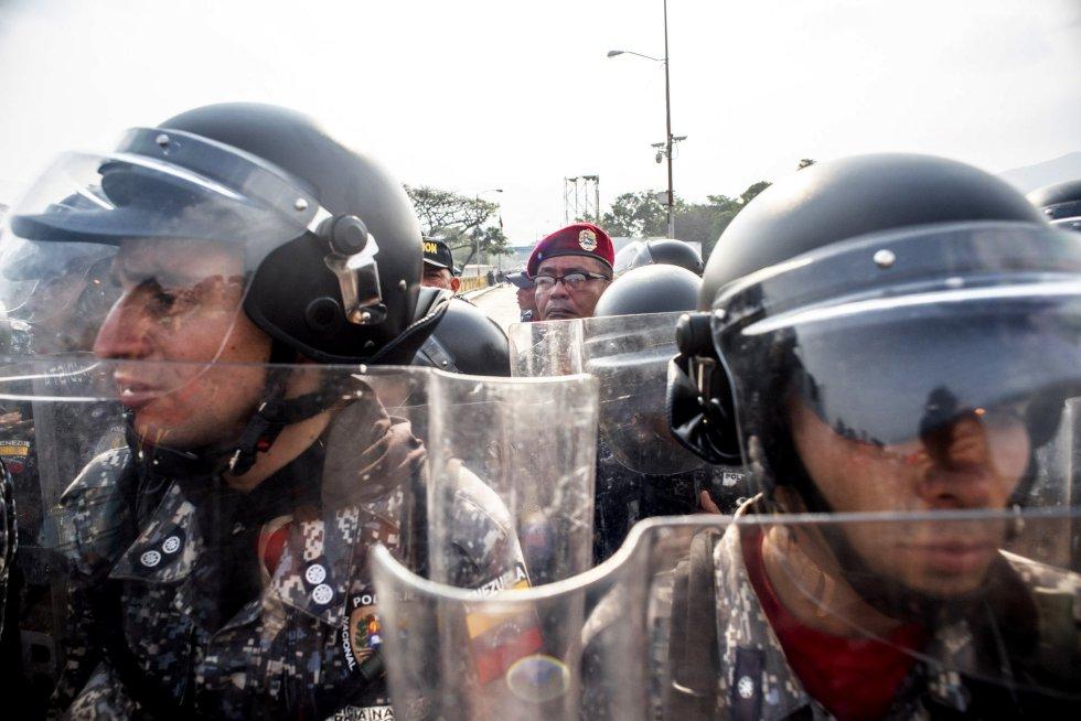 Desde la madrugada de este sábado los elementos de las fuerzas armadas bolivarianas se han apostado en los cruces fronterizos para impedir el paso de cualquier persona. Los seguidores de Guaidó le han demandado a los miembros del ejército que cesen el apoyo a Nicolás Maduro.