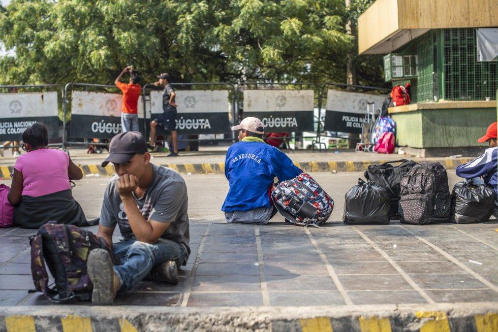 Cientos de venezolanos se han acercado este sábado a los cruces fronterizos a la espera de la apertura de las fronteras, cerradas por decreto de Maduro. Naciones Unidas ha cifrado el número de venezolanos que han migrado a Colombia en más de un millón.