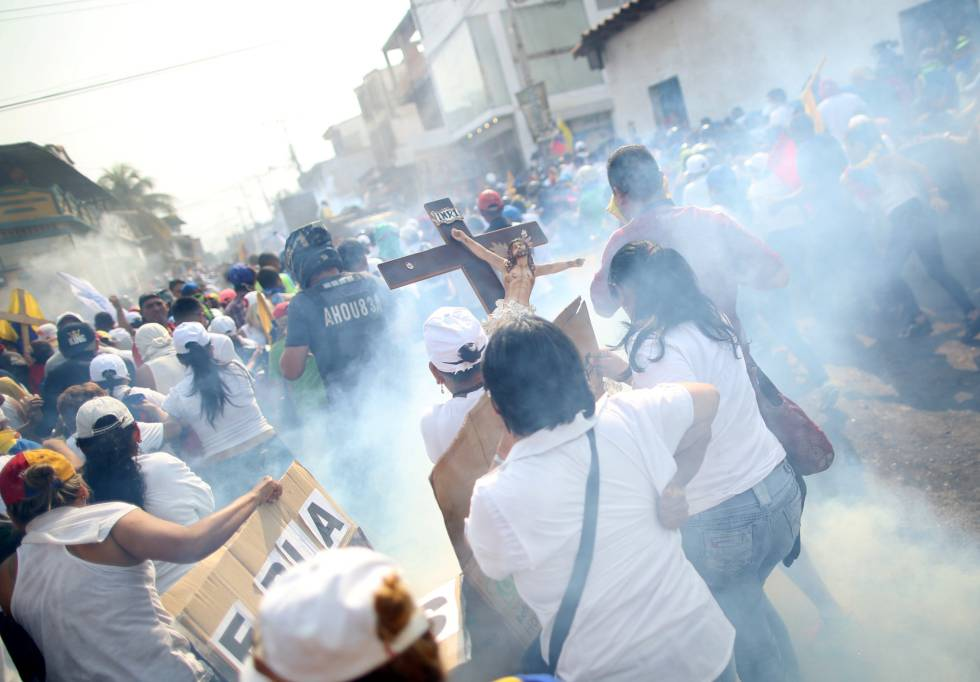 Durante la mañana de este sábado se han producido incidentes en las localidades fronterizas de Ureña y San Antonio del Táchira entre los manifestantes que se acercaron a pedir por la apertura de un canal humanitario y los integrantes de la Guardia Nacional Bolivariana.