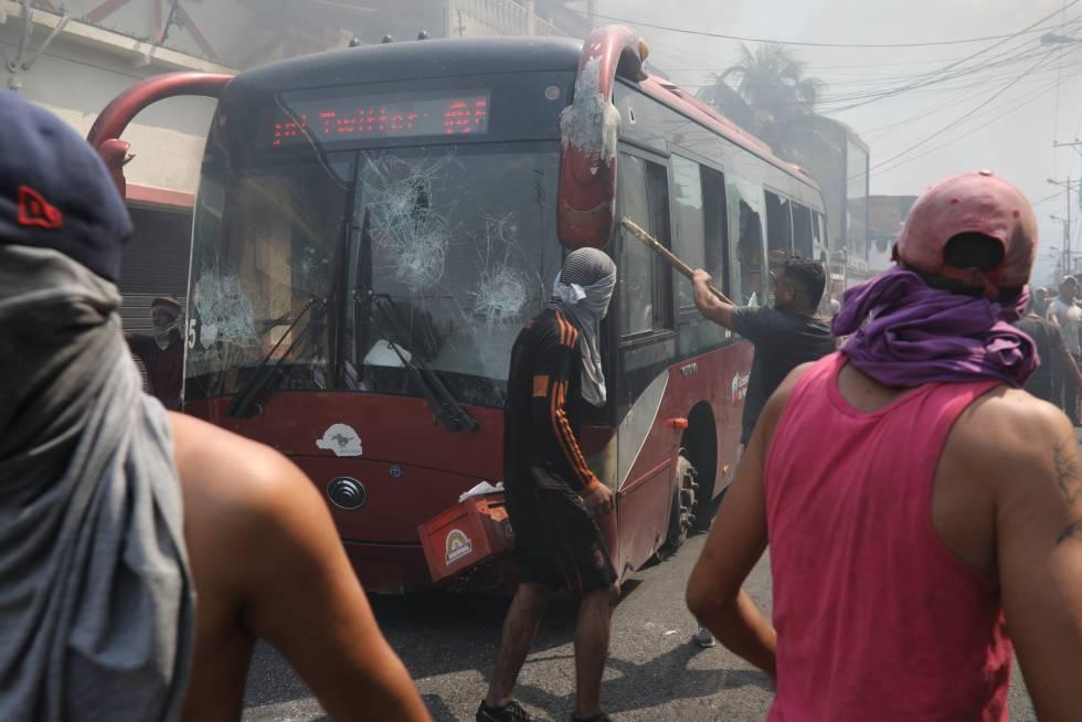 Las Fuerzas Armadas han intentado aplacar los incidentes producidos por los manifestantes en Ureña con balas de goma y gases lacrimógenos.