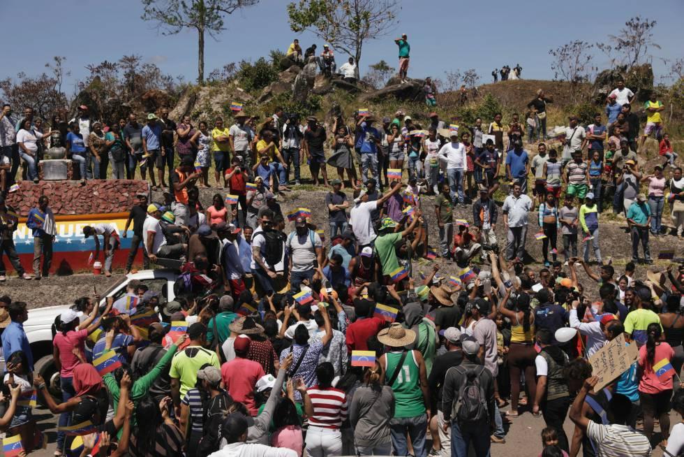 La frontera con Colombia no ha sido el único punto de confrontamiento. Cientos de personas también se han manifestado en el puente que limita con la localidad brasileña de Pacaraima, al sur de Venezuela. En ese mismo lugar, un enfrentamiento entre el Ejército y la población indígena de Kumarakapay dejó el viernes un saldo de dos muertos.