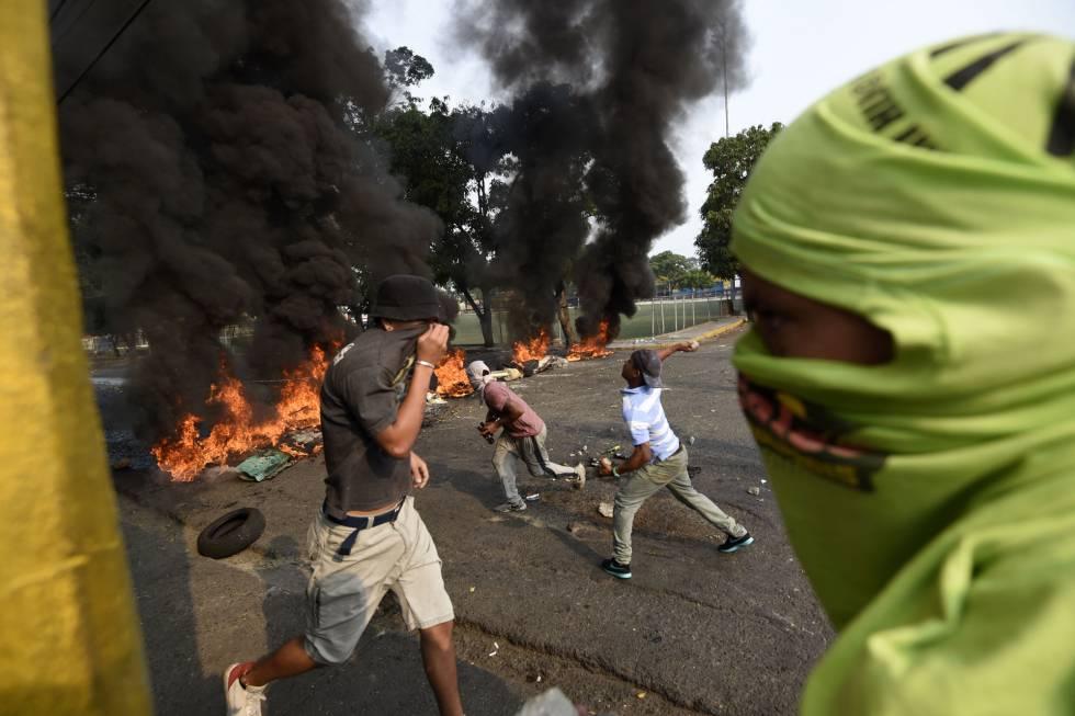 Pese a que Guaidó y la oposición habían pedido a los manifestantes que se acercaran a los cruces fronterizos y protestaran de manera pacífica, muchos de los congregados han provocado incendios y destrozos materiales.