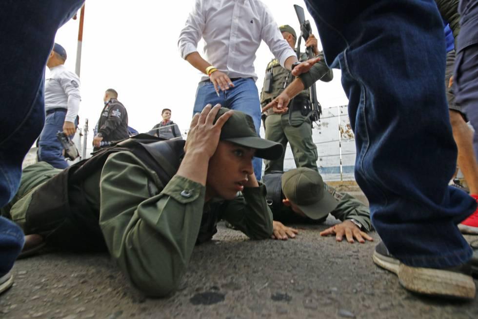 Un quinto miembro de la Guardia Nacional Bolivariana se sumó por la tarde de este sábado a los cuatro desertores que ya habían por la mañana a Guaidó como presidente.