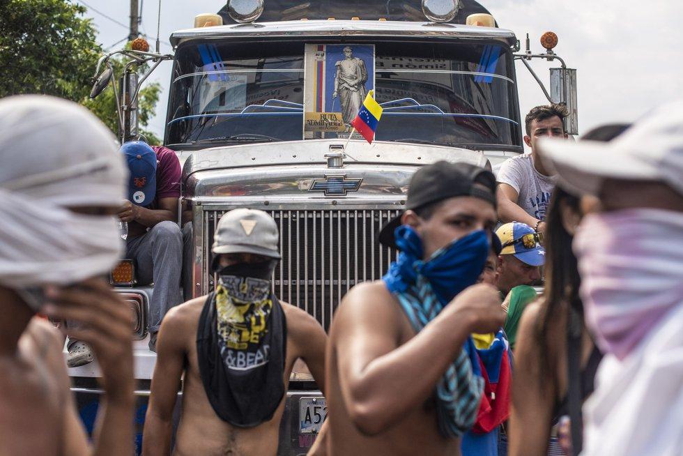 Dos de los camiones con ayuda humanitaria enviados a la frontera entre Colombia y Venezuela han sido incendiados en el puente Francisco de Paula Santander.