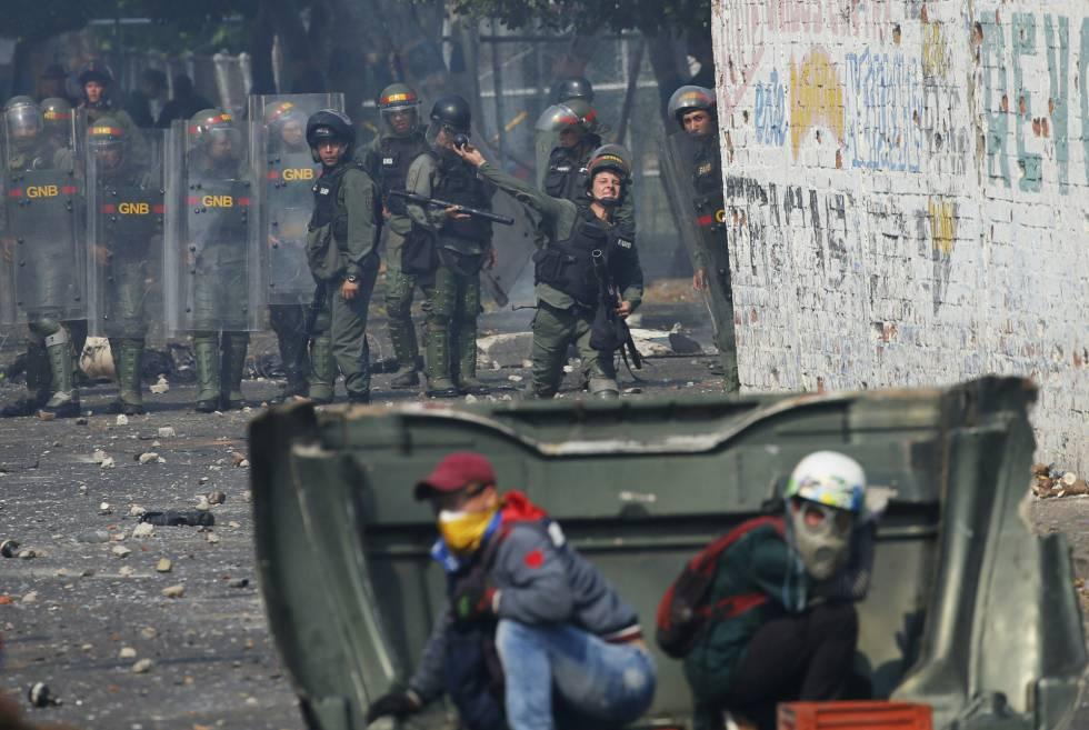 Un agente de la Guardia Nacional Bolivariana de Venezuela lanza gases contra los manifestantes que intentaban llevar ayuda humanitaria en Ureña, Venezuela, cerca de la frontera con Colombia.