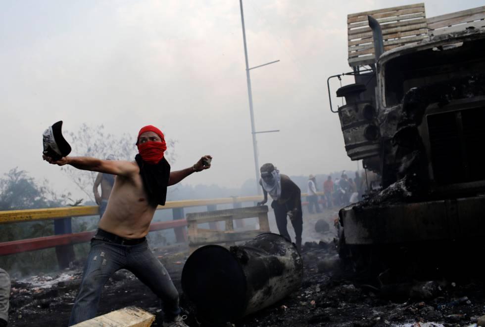 opositores al régimen de Maduro se enfrentan con las fuerzas de seguridad de Venezuela en el puente Francisco de Paula Santander.