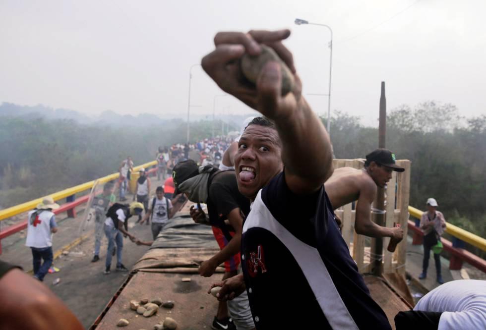 Con rocas y proyectiles improvisados los opositores combatían con las fuerzas de seguridad de Venezuela sobre el puente Francisco de Paula Santander