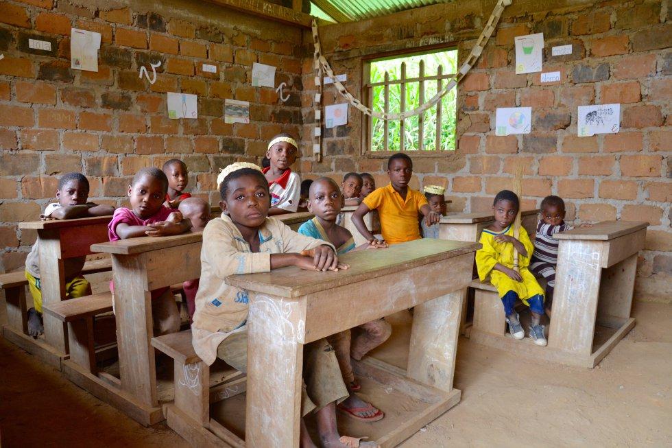Niños bakas en la escuela infantil de Ndjibot. Los pigmeos baka constituyen la minoría más numerosa de las que existen en el centro de África, con unos 40.000 miembros que viven en una superficie de unos 75.000 kilómetros cuadrados en el sureste de Camerún.