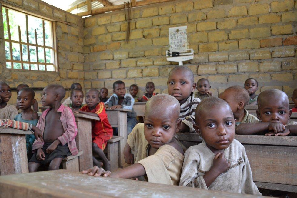 Niños baka en la escuela infantil de Bemba II. La escuela infantil de Ndjibot es una de las 21 que la ONG Zerca y Lejos tiene en diferentes pueblos pigmeos del sur de Camerún para promover la escolarización de las niñas y los niños de entre cero y seis años.