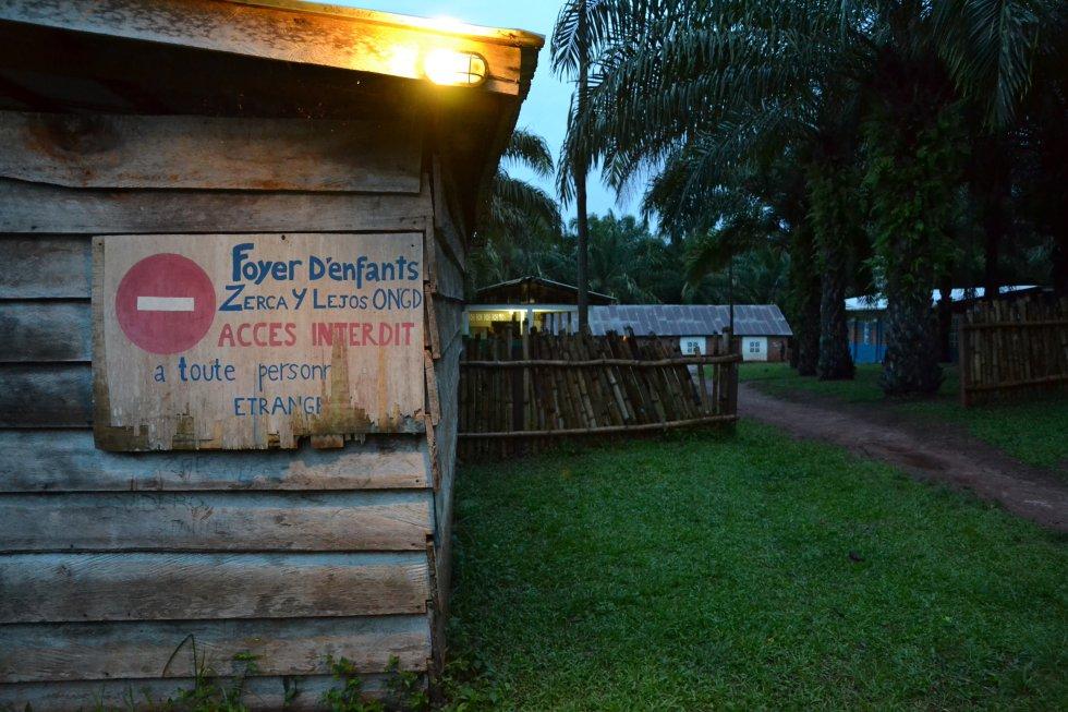 Entrada al Hogar Infantil de Bengbis, donde 180 niños y niñas bakas residen para facilitar su asistencia a la escuela primaria. Es un internado para niñas y niños pigmeos que está no muy lejos de las aldeas en las que habitan sus familias, adonde se trasladan los alumnos cuando comienzan la escuela.