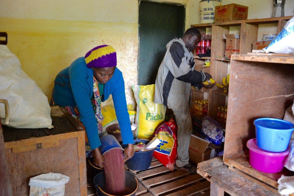 Por la mañana temprano los encargados del Hogar Infantil acuden al almacén a recoger la comida para los pequeños.