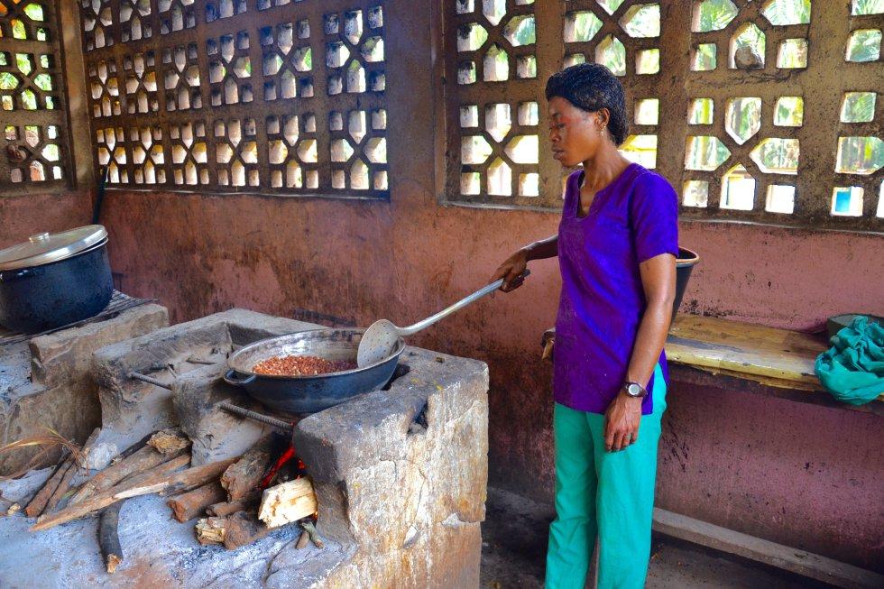 Una de las cocineras del Hogar Infantil en plena faena. Este proyecto se inició en 2003 con el objetivo de garantizar el acceso a una escuela de calidad a todas las niñas y niños de la zona sur de Camerún, con especial hincapié en el pueblo baka y en las familias más desfavorecidas.