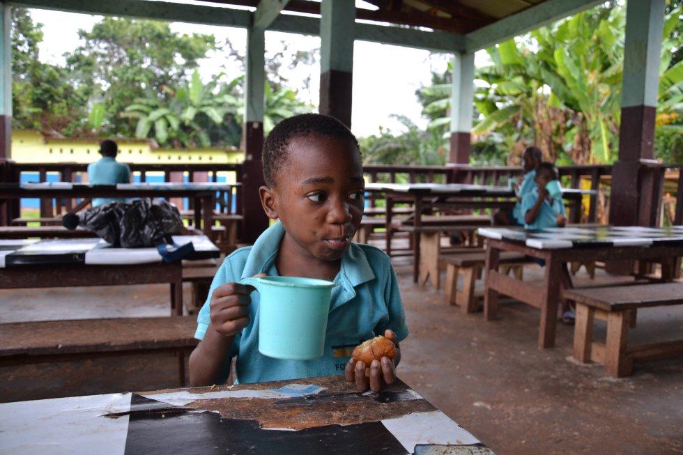 Los más rezagados terminan el desayuno antes de partir hacia la escuela.
