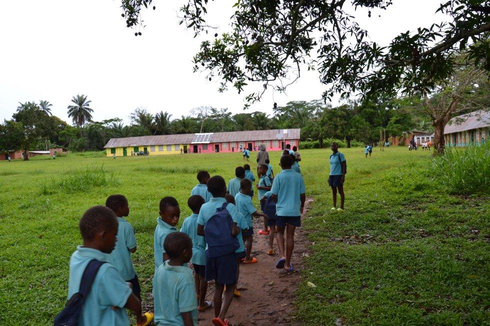 Tras el desayuno todos los menores baka acogidos emprenden el camino hacia la escuela primaria.