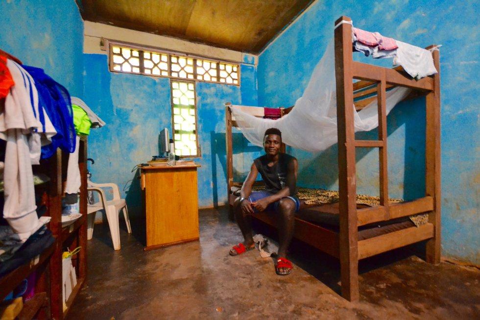 Yves Eyenga ha regresado, tras concluir los estudios secundarios, al Hogar Infantil de Bengbis para ayudar mientras espera los resultados del examen de acceso a la universidad. Aquí, en su habitación.