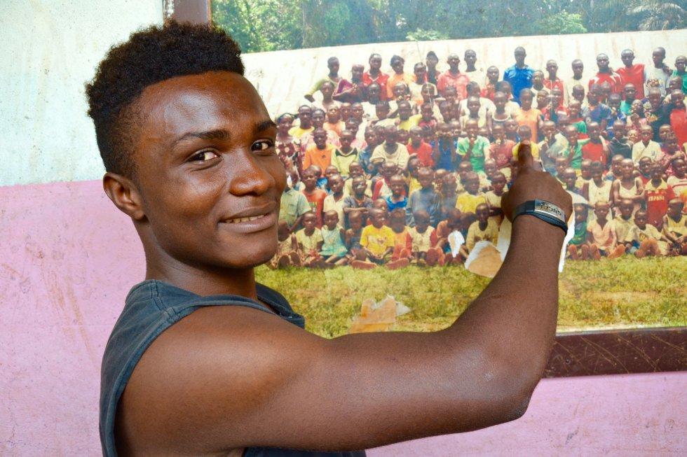 Yves Eyenga se señala a sí mismo en la foto que preside el comedor del Hogar infantil, entonces era mucho más pequeño, cursaba primaria y está casi irreconocible.