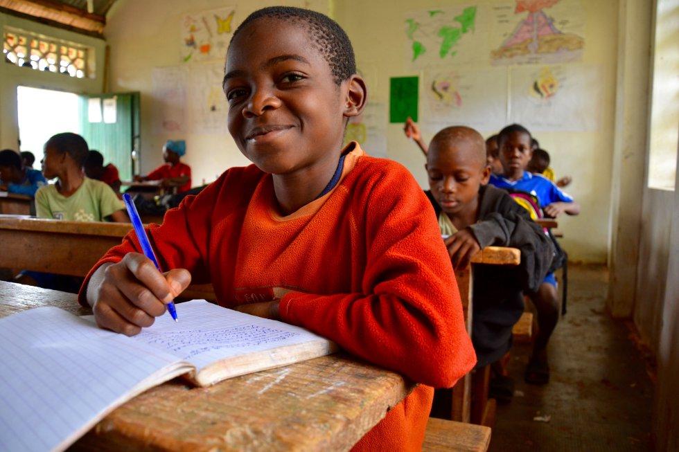 Alumnos baka de primaria. En estas escuelas, los menores estudian y crecen en su propio entorno. Se parte de su propia cultura para ascender a conceptos más generales.